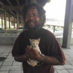 Человек с большой душой - бездомный продает лаймы на рынке и тратит выручку на корм для бродячих котиков
